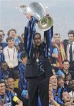<p>Mourinho solleva la Champions League conquistata lo scorso 22 maggio a Madrid. REUTERS/Stefano Rellandini</p>