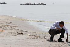 <p>28 maggio 2010, il presidente Barack Obama sulla costa della Louisiana. REUTERS/Larry Downing</p>