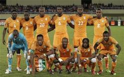 <p>Сборная Кот-д'Ивуара перед игрой против Алжира в Луанде 24 января 2010 года. Тренер сборной Кот-д'Ивуара по футболу назвал окончательный состав национальной команды, который отправится на чемпионат мира в ЮАР. REUTERS/Rafael Marchante</p>