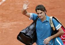 <p>Roger Federer da Suiça deixa a quadra depois de ser derrotado pelo sueco Robin Soderling no Aberto da França em Roland Garros em Paris. Atual campeão do Aberto da França, o suíço Roger Federer sofreu uma derrota surpreendente nas quartas de final do torneio, nesta terça-feira, por 3-6, 6-3, 7-5 e 6-4, em um jogo interrompido pela chuva. 01/06/2010 REUTERS/Regis Duvignau</p>