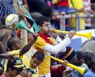 <p>Torcedores usam cornetas durante jogo amistoso entre Brasil e Zimbábue em Harare. REUTERS/Paulo Whitaker</p>