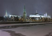 <p>Вид на Кремль в Москве 7 января 2010 года. Правительство РФ планирует одобрить в четверг сценарные условия развития экономики, которые лягут в основу федерального бюджета на 2011-2013 годы. REUTERS/Sergei Karpukhin</p>