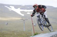 <p>Emyr Davies of Britain competes in the downhill timed training session during the Mountain Bike World Cup in Fort William, Scotland June 4, 2010. REUTERS/Russell Cheyne</p>