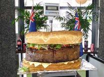 <p>Douze heures de cuisson ont été nécessaires pour ce steak de 81 kg, principal ingrédient du plus gros hamburger du monde. Le restaurant de Sydney où il a été cuisiné prévoit de le mettre au menu l'an prochain. /Photo prise le 6 juin 2010/REUTERS/Handout</p>