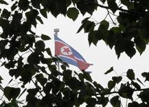 <p>Флаг КНДР над посольством страны в Пекине 5 мая 2010 года. Северокорейский лидер Ким Чен Ир посетил в понедельник редкое заседание местного парламента, в ходе которого был назначен новый премьер-министр страны, сообщило государственное новостное агентство KCNA. REUTERS/Grace Liang</p>