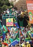 """<p>La selección nacional de Sudáfrica """"Bafana Bafana"""" celebran en las calles de Sandton. Jun 9 2010. REUTERS/Siphiwe Sibeko</p>"""