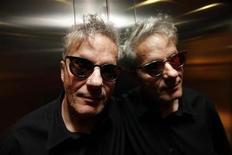 """<p>El vocalista y cofundador del grupo estadounidense Devo, Mark Mothersbaugh, posa para una fotografía en Londres. Jun 9 2010. El grupo de rock estadounidense Devo, conocido por su hit de 1980 """"Whip It"""", está utilizando un nuevo método para obtener la aprobación de sus seguidores. Les está preguntando qué quieren escuchar. REUTERS/Stefan Wermuth</p>"""