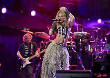 <p>La cantante colombiana Shakira durante el concierto de apertura del Mundial de fútbol en el estadio Orlando en Soweto, Sudáfrica, jun 10 2010. Miles de personas disfrutan el jueves de un concierto realizado en el Orlando Stadium de Soweto, en la víspera del Mundial de fútbol de Sudáfrica, el acontecimiento deportivo de mayor audiencia del planeta. REUTERS/Radu Sigheti</p>