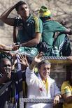 <p>Seleção sul-africana desfila pelas ruas de Johanesburgo com o técnico Carlos Alberto Parreira, que liberou sexo e visitas para os jogadores. REUTERS/Amr Abdallah Dalsh</p>