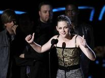 <p>Actress Kristen Stewart, winner of the Best Female Performance award for 'The Twilight Saga: New Moon,' speaks at the 2010 MTV Movie Awards in Los Angeles, June 6, 2010. REUTERS/Mario Anzuoni</p>