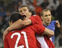 <p>La selección de fútbol de Paraguay ganaba 1-0 el lunes a Italia en el estadio Green Point de Ciudad del Cabo en el primer partido del Grupo F del Mundial de Sudáfrica, que también integran Nueva Zelanda y Eslovaquia. En la imagen del 14 de junio, el paraguayo Antolín Alcaraz (con el 21) celebra su gol con su compañero Nelson Haedo Valdez. REUTERS/Carlos Barria</p>