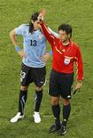 <p>Árbitro Yuichi Nishimura mostra o cartão vermelho para o uruguaio Nicolas Lodeiro, em partida contra a França. Para o capitão da seleção brasileira Lúcio, há exagero em expulsões e amarelos. REUTERS/Oleg Popov</p>