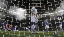 <p>Goleiro italiano Gianluigi Buffon foi subsituído no intervalo do jogo contra o Paraguai com o agravamento de um problema nas costas. REUTERS/Carlos Barria</p>