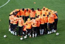 <p>Сборная Кот-д'Ивуара во время тренировки, 14 июня 2010 года. Кот-д'Ивуар сыграет с Португалией в первом матче группы G чемпионата мира по футболу в ЮАР. REUTERS/Howard Burditt</p>