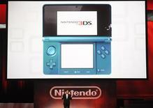 """<p>A l'occasion du salon E3 de Los Angeles, le président de Nintendo, Satoru Iwata, a dévoilé mardi une nouvelle version de la console portable DS, la """"3DS"""", conçue pour jouer et regarder des films en trois dimensions sans avoir recours à des lunettes spéciales. /Photo prise le 15 juin 2010/REUTERS/Phil McCarten</p>"""