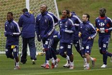<p>Игроки французской национальной сборной на тренировке в пригороде Кейптауна 14 июня 2010 года. Франция сыграет с Мексикой во втором матче группы А на чемпионате мира в ЮАР в четверг. REUTERS/Charles Platiau</p>