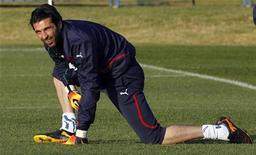 <p>Goleiro da Itália, Gianluigi Buffon, faz alongamento em sessão de treino em Irene. Buffon ficou de fora dos treinos pelo segundo dia consecutivo nesta quarta-feira após realizar exames em um problema no nervo ciático. 12/06/2010 REUTERS/Stefano Rellandini</p>