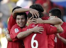 <p>Chilenos comemoram vitória sobre Honduras. Um gol de sorte do atacante Juan Beausejour deu ao Chile a primeira vitória em uma Copa do Mundo em 48 anos com a vitória por 1 x 0 sobre Honduras nesta quarta-feira pelo Grupo H da Copa do Mundo.16/06/2010.REUTERS/Adnan Abidi</p>