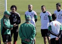 <p>Игроки сборной Мексики слушают тренера во время тренировки, 14 июня 2010 года. Франция сыграет с Мексикой во втором матче группы А на чемпионате мира в ЮАР в четверг. REUTERS/Henry Romero</p>