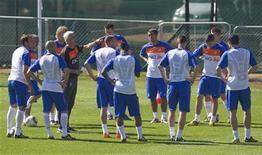 <p>Игроки сборной Нидерландов тренируются в Йоханнесбурге 8 июня 2010 года. Нидерланды сыграют против Японии во втором матче группы E на чемпионате мира по футболу в субботу. REUTERS/Michael Kooren</p>