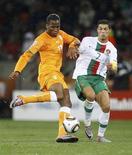 <p>Didier Drogba da Costa do Marfim e Cristiano Ronaldo de Portugal durante jogo pelo Grupo G. Drogba e Ronaldo são agora a maior preocupação da seleção brasileira. 15/06/2010 REUTERS/Yves Herman</p>