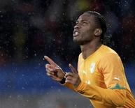 <p>Didier Drogba da Costa do Marfim ao entrar em campo para o jogo contra Portugal pelo Grupo G. O técnico da Costa do Marfim, Sven-Goran Eriksson, deu a entender que o atacantepode estar em condição de ser titular na partida contra o Brasil no domingo, apesar do braço fraturado. 15/06/2010 REUTERS/Denis Balibouse</p>