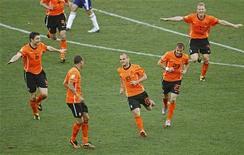 <p>Holandês Wesley Sneijder (com a camisa 10) comemora com companheiros de time o gol que deu a vitória por 1 x 0 sobre o Japão neste sábado, pelo Grupo E da Copa do Mundo no estádio Moses Mahbida em Durban. REUTERS/Paul Hanna</p>