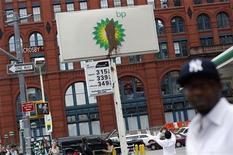 <p>Рекламный щит с испачканным логотипом ВР на заправочной станции в Нью-Йорке, 1 июня 2010 года. Нефтяная компания ВР предполагает, что объем утечки нефти в Мексиканском заливе может составлять до 100.000 баррелей в сутки, что намного превышает все данные ранее оценки. REUTERS/Shannon Stapleton/Files</p>