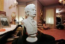 <p>Бюст Марка Твена в доме-музее писателя в Хартворде, США 8 июля 1998 года. Написанное американским сатириком Марком Твеном посвящение младшей дочери, которая умерла от спинального менингита в возрасте 24 лет, было продано на аукционе Sotheby's за $242.500, что в два раза превысило прогнозы. REUTERS/Jim Bourg</p>