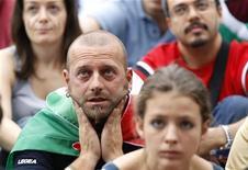 <p>Болельщики сборной Италии во время просмотра второго матча группы F против команды Новой Зеландии , Рим 20 июня 2010 года. Итальянские газеты отреагировали скорее с печальной обреченностью, чем с удивлением, на ничью 1-1 в матче своей сборной против Новой Зеландии в воскресенье. REUTERS/Max Rossi</p>