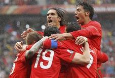 <p>Tiago (19), da seleção portuguesa comemora gol com colegas de equipe durante jogo contra a Coreia do Norte contra o Grupo G. Portugal massacrou a Coreia do Norte por 7 x 0 nesta segunda-feira e agora tem excelentes chances de chegar às oitavas-de-final da Copa do Mundo. 21/06/2010 REUTERS/Mike Hutchings</p>