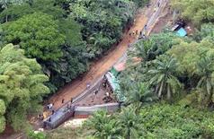 <p>Поезд сошел с рельсов на юге Конго, 4 августа 2007 года. По меньшей мере 60 человек погибли и сотни получили ранения в результате железнодорожной аварии в Республике Конго, сообщил источник в компании Chemin de Fer Congo Ocean (CFCO). REUTERS/POOL/Lionel Healing</p>