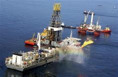 <p>Буровое судно стоит в Мексиканском заливе, 14 июня 2010 года. Американский суд отменил мораторий на глубоководное бурение, наложенный администрацией президента Барака Обамы в ответ на разлив нефти в Мексиканском заливе, и Белый дом планирует подать апелляцию на это решение. REUTERS/Sean Gardner</p>