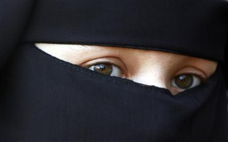 A protestors attends a demonstration against the ban on Muslim women wearing the burqa in public in The Hague, November 30, 2006. REUTERS/Toussaint Kluiters