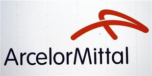 <p>Вывеска компании ArcelorMittal в порту Сен-Назер, Франция 9 июля 2010 года. Два человека погибли в аварии на шахте дочернего предприятия сталелитейной компании ArcelorMittal в Казахстане - ArcelorMittal Temirtau, сообщило министерство по чрезвычайным ситуациям в четверг. REUTERS/Stephane Mahe</p>