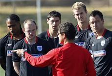 <p>Glen Johnson, Wayne Rooney, Gareth Barry, Joe Hart e John Terry (esq à dir) escutam o técnico Fabio Cabello durante sessão de treino em Rustemburgo. A Inglaterra acredita poder vencer a Copa do Mundo após a vitória por 1 x 0 sobre a Eslovênia. 24/06/2010 REUTERS/Adnan Abidi</p>