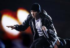 <p>Foto de archivo del rapero Eminem durante la entrega de los premios Grammy en Los Angeles, ene 31 2010. Otro álbum de Eminem, otro éxito número uno. REUTERS/Mike Blake</p>