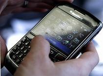 <p>Research in Motion (RIM) fait état de livraisons de Blackberry et de gains de nouveaux abonnés inférieurs aux attentes pour le premier trimestre 2010-2011, ce qui a ravivé les craintes des investisseurs de voir le groupe canadien perdre des parts de marché par rapport à Apple et d'autres. /Photo prise le 30 mars 2010/REUTERS/Stelios Varias</p>