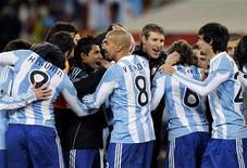 <p>La selección argentina celebra su victoria sobre México y su paso a cuartos de final, en Johannesburgo. Jun 27 2010. REUTERS/Jorge Silva</p>