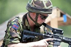 <p>Príncipe Harry atira durante visita à Academia Militar dos EUA em Nova York: o britânico demonstrou vontade de retornar ao Afeganistão. REUTERS/Greg E. Mathieson/Pool</p>