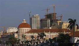 <p>Office buildings under construction stand behind the Angolan central bank building in the capital, Luanda, in this January 20, 2010 file photo. REUTERS/Mike Hutchings</p>