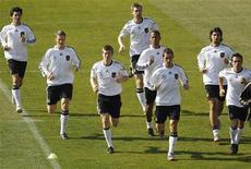 <p>Jogadores da seleção alemã se aquecem durante sessão de treino em Pretória. Lukas Podolski e Mesut Ozil faltaram ao treino nesta quinta-feira, uma medida de precaução para estarem em forma no confronto das quartas de final da Copa do Mundo contra a Argentina no sábado. 01/07/2010 REUTERS/Ina Fassbender</p>