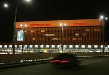 """<p>Машина подъезжает к терминалу аэропорта Шереметьево 2 декабря 2006 года. Российскому премьеру Владимиру Путину понадобилось меньше суток на то, чтобы расчистить от автомобильных """"пробок"""" подъезды к московскому аэропорту Шереметьево: уже в пятницу на трассе открыты две дополнительные полосы для движения. REUTERS/Alexander Natruskin</p>"""