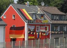 <p>Дом, принадлежащий немецкому футбольному болельщику, 27 июня 2010 года. Успешное выступление сборной Германии на проходящем в ЮАР чемпионате мира по футболу может стать катализатором роста крупнейшей европейской экономики благодаря фактору хорошего настроения у потребителей, который способен заставить их обратиться к своим сбережениям. REUTERS/Wolfgang Rattay</p>