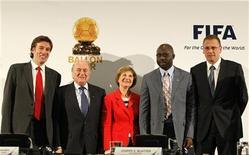 <p>Presidente da Fifa, Sepp Blatter (2o à dir) com o diretor da France Football, Francois Morinieres, o presidente do Amaury Group, Marie-Odile Amaury, o ex-jogador de futebol George Weah, e o sccretário-geral da Fifa, Jerome Valcke,d epois de assinarem o acordo do 'FIFA Ballon d'Or' (Bola de Ouro) em Johanesbrugo. 05/07/2010 REUTERS/Thomas Mukoya</p>