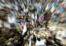 <p>Оппозиционеры вышли на демонстрацию в Баку, 4 ноября 2005 года. Суд в Азербайджане после вмешательства Запада отменил прежний приговор редактору популярного в стране оппозиционного издания, заменив длительный срок на 2,5 года тюрьмы по новому делу о хранении наркотиков. REUTERS/David Mdzinarishvili</p>
