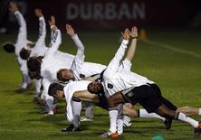 <p>Игроки сборной Германии тренируются в Дурбане 6 июля 2010 года. Сборная Германии сыграет против сборной Испании в полуфинале чемпионата мира в среду. REUTERS/Marcos Brindicci</p>