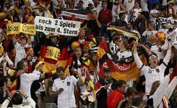 <p>Torcedores da Alemanha comemoram após a vitória contra a seleção argentina nas quartas de final da Copa do Mundo, no estádio Green Point, 3 de julho de 2010. O público total da Copa do Mundo da África do Sul superará os 3 milhões de pessoas na semifinal desta quarta-feira (7). REUTERS/Ina Fassbender</p>