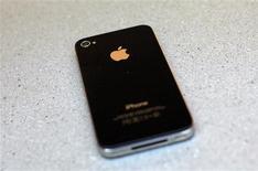 <p>L'opérateur mobile AT&T et l'équipementier télécom Alcatel-Lucent ont découvert un défaut de logiciel entraînant une perte de vitesse lors de la transmission de données à partir d'un iPhone 4 (photo). AT&T a annoncé mercredi que ce défaut affectait moins de 2% des clients de ses services sans fil, l'iPhone 4 étant le seul smartphone utilisant la technologie incriminée. /Photo d'archives/REUTERS/Eric Thayer</p>