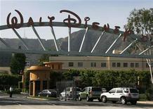 """<p>Foto de archivo del portón de ingreso a Walt Disney Co. en Burbank, EEUU, mayo 5 2009. Un jurado estadounidense decidió el miércoles que el grupo de medios Walt Disney Co debe 270 millones de dólares a la empresa británica que creó el programa de televisión """"Who Wants to be a Millionaire"""" por la ventas de emisiones y productos. REUTERS/Fred Prouser</p>"""